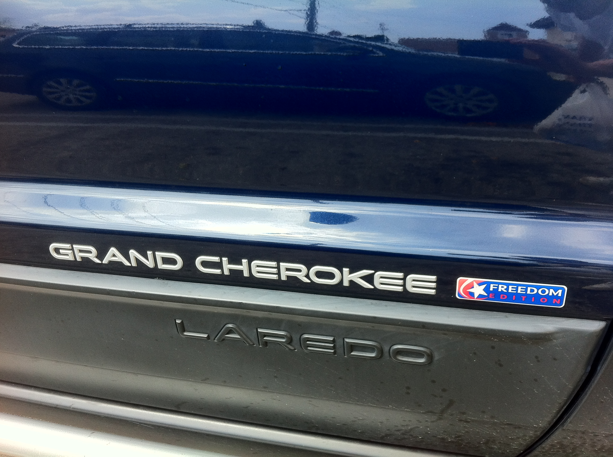 Grand Cherokee Wj Overland >> File:Jeep Grand Cherokee WJ Freedom Edition in Midnight Blue Pearl Coat emblem.jpg - Wikimedia ...