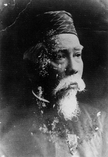Black and white portrait of a man in the late years wearing a songkok hat