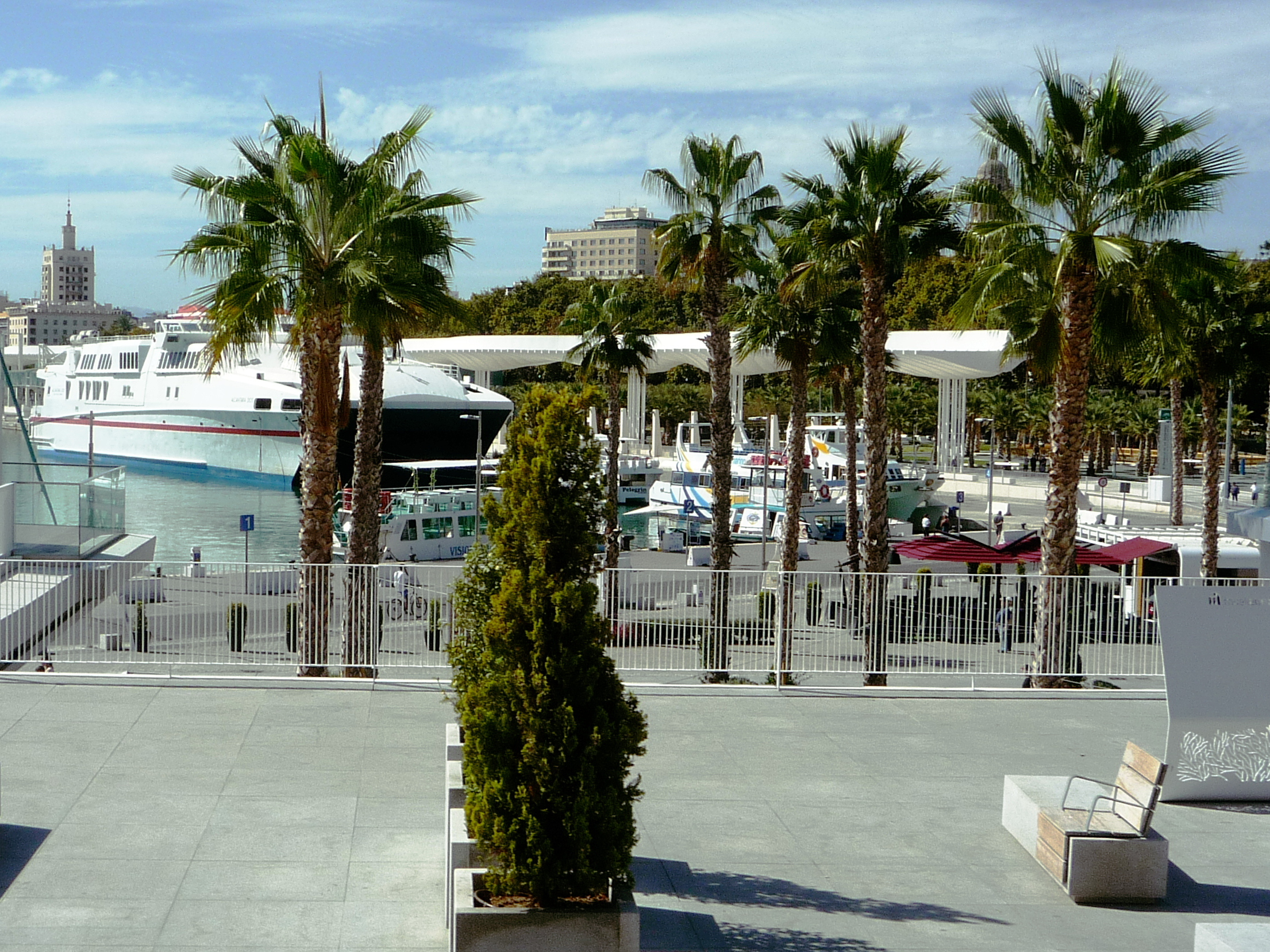 https://upload.wikimedia.org/wikipedia/commons/f/f2/Malaga_Hafen_04_%2811937541946%29.jpg