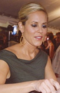 en: Actress Maria Bello signing a autograph on...