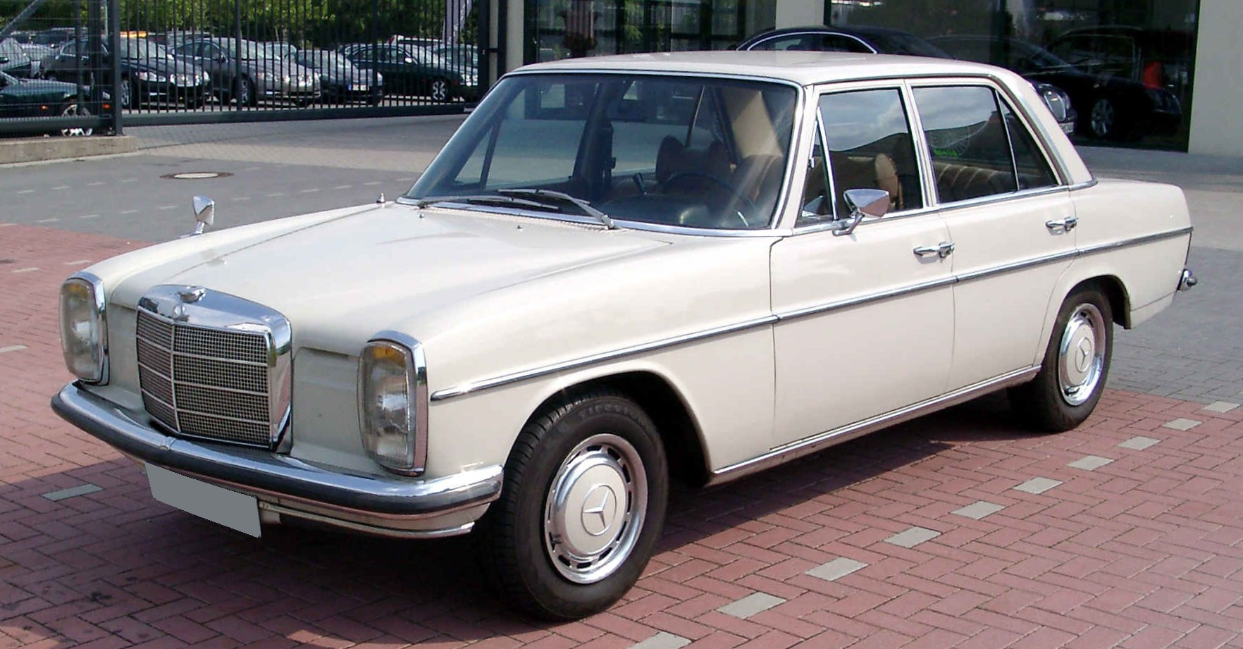 File:Mercedes-Benz W115 front 20080816.jpg - Wikimedia Commons