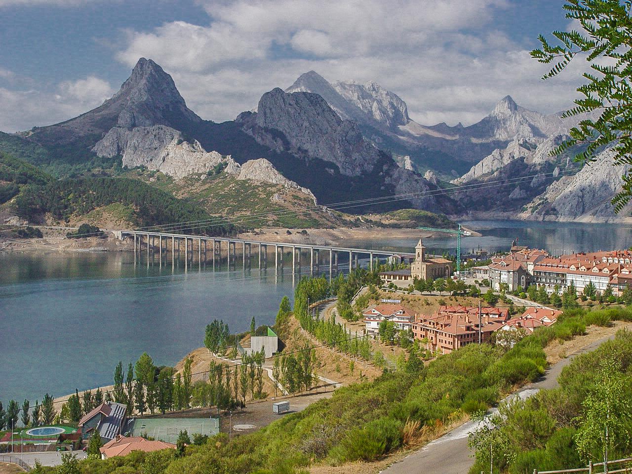 Riaño con el viaducto y pico Gilbo a la izquierda