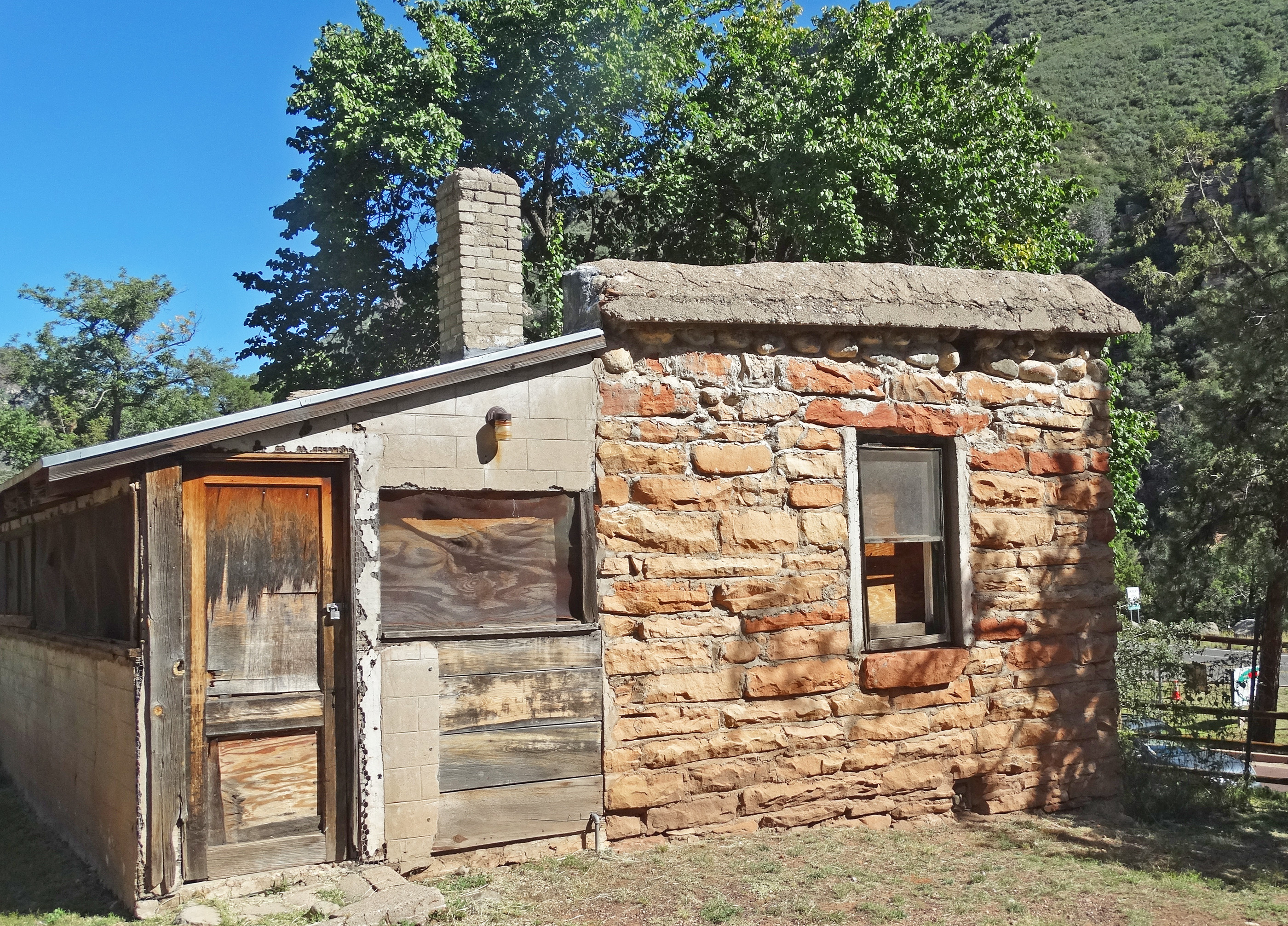 File:Old Tourist Cabins, Oak Creek Canyon, AZ 9 15 (22033004531
