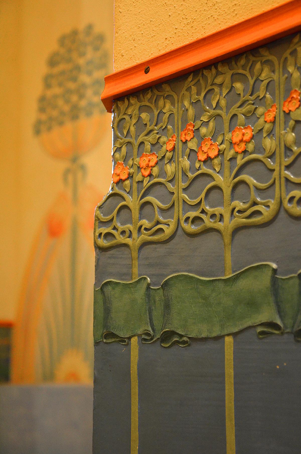 file overlachsches haus details im flur zum treppenhaus wandverkleidung aus farbig bedruckter. Black Bedroom Furniture Sets. Home Design Ideas