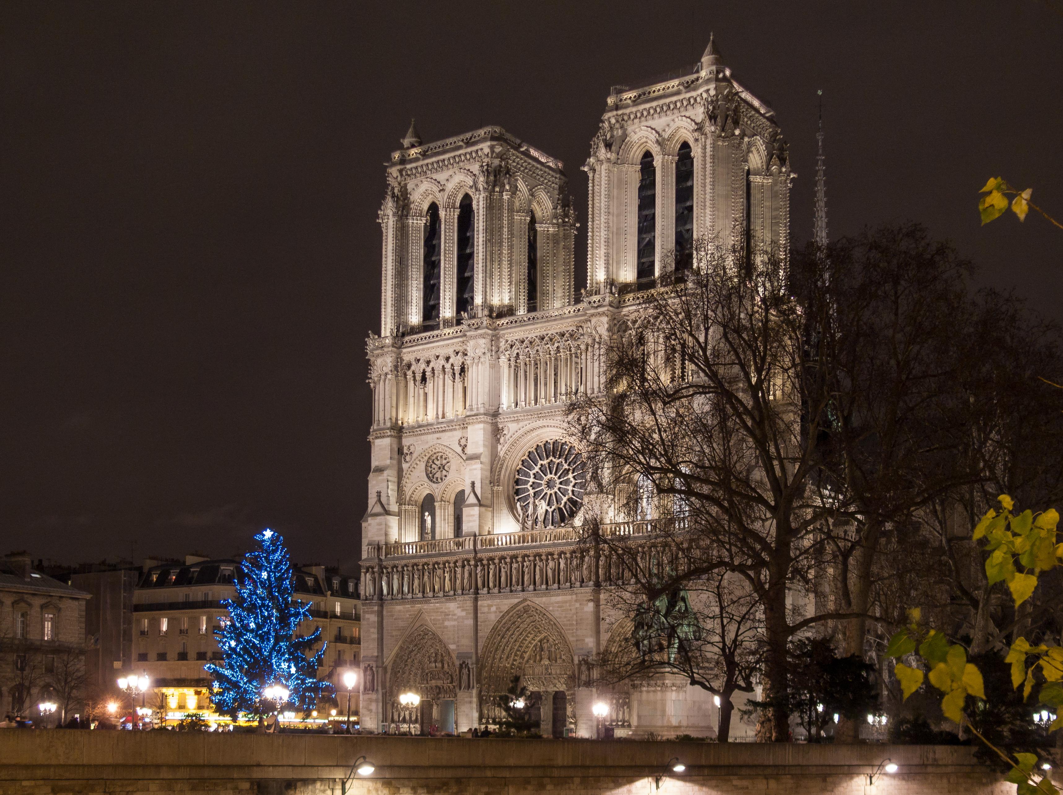 File:Paris - Notre-Dame de Paris - west facade at night in Christmas ...