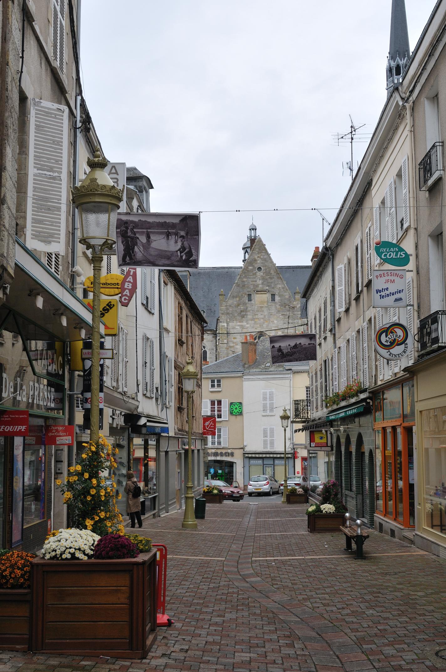 File:Pithiviers rue de la Couronne 1.jpg - Wikimedia Commons