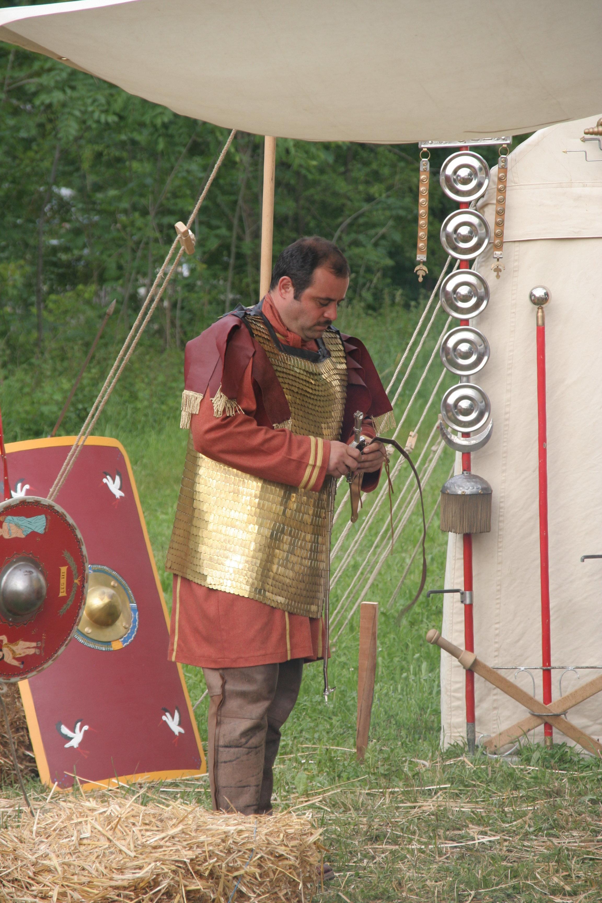 File:Roman centurio 175aC in scale mail.jpg