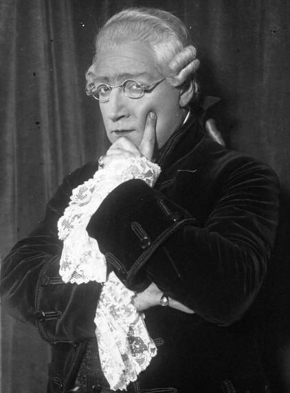Cette image a un attribut alt vide ; son nom de fichier est Sacha_Guitry%2C_Mozart%2C_1926.jpg