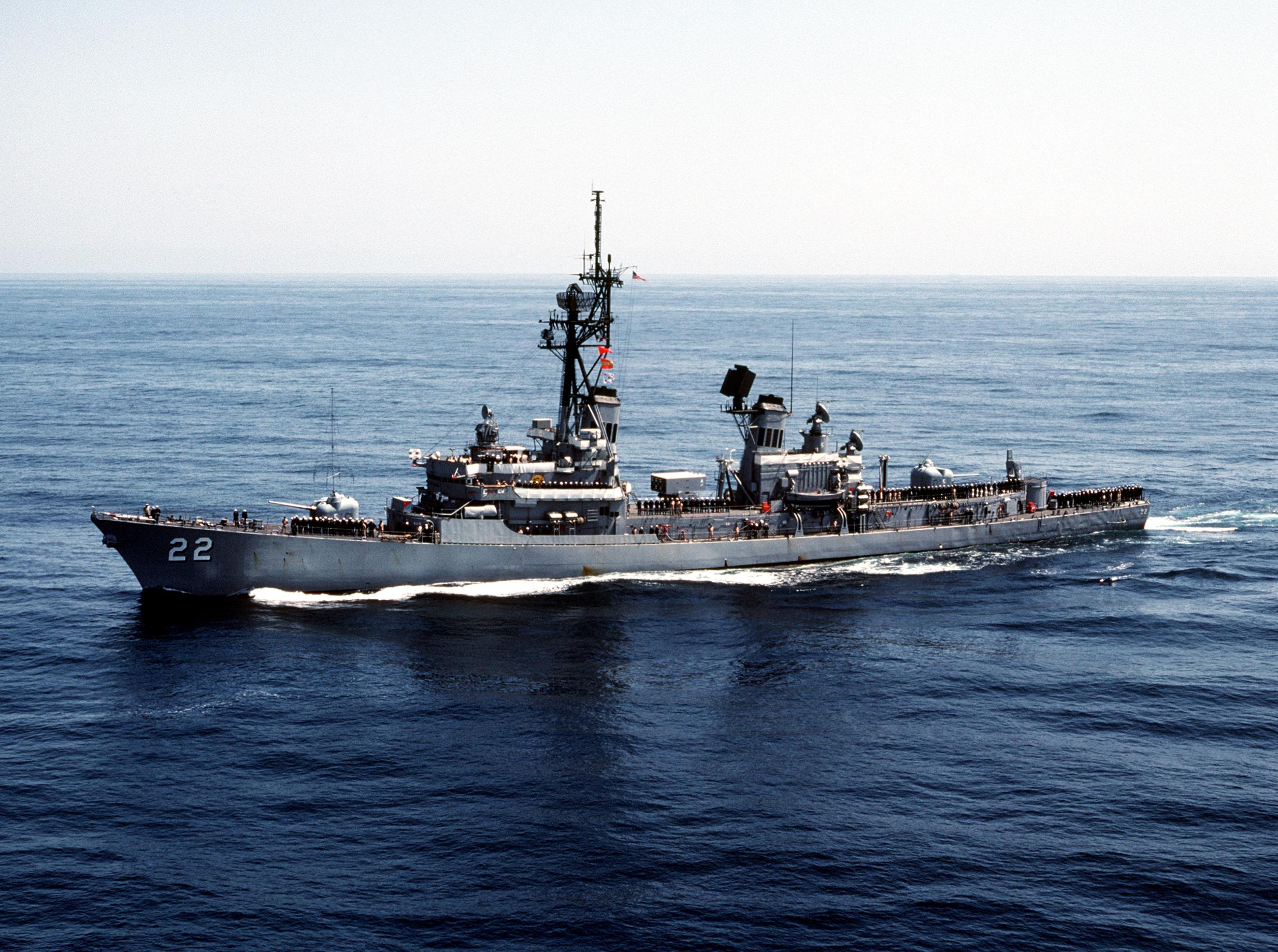 USS Benjamin Stoddert (DDG-22) underway in 1983.jpg