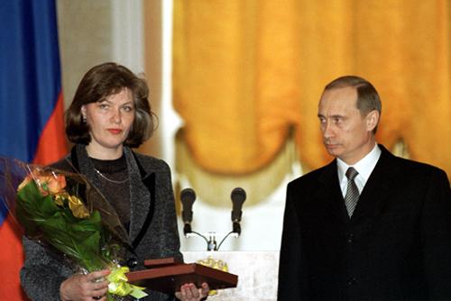 Светлана Малофеева принимает награду за мужа (23 февраля 2000) - Малофеев, Михаил Юрьевич