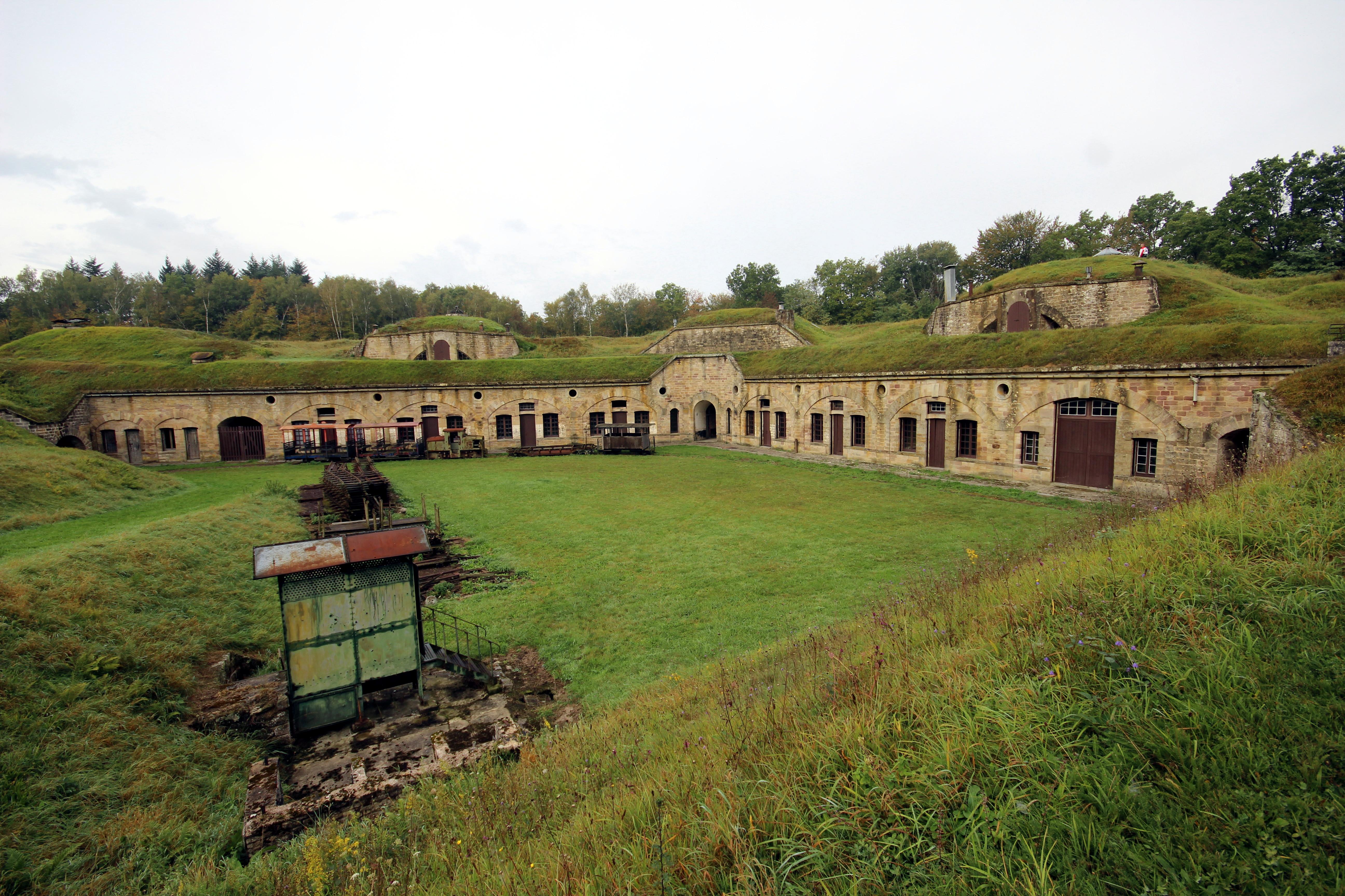 File:Vue Sur La Totalité Des Casernements Depuis La Rampe Du0027accès Aux  Pièces Du0027artillerie Du Fort De Bois Lu0027Abbé
