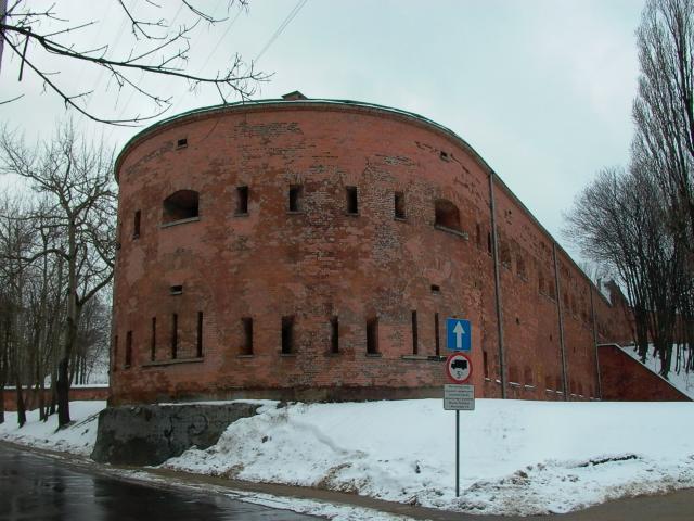 Kaponiera – przykryta budowla fortyfikacyjna, wykorzystywana do prowadzenia ostrzału w dwóch różnych kierunkach