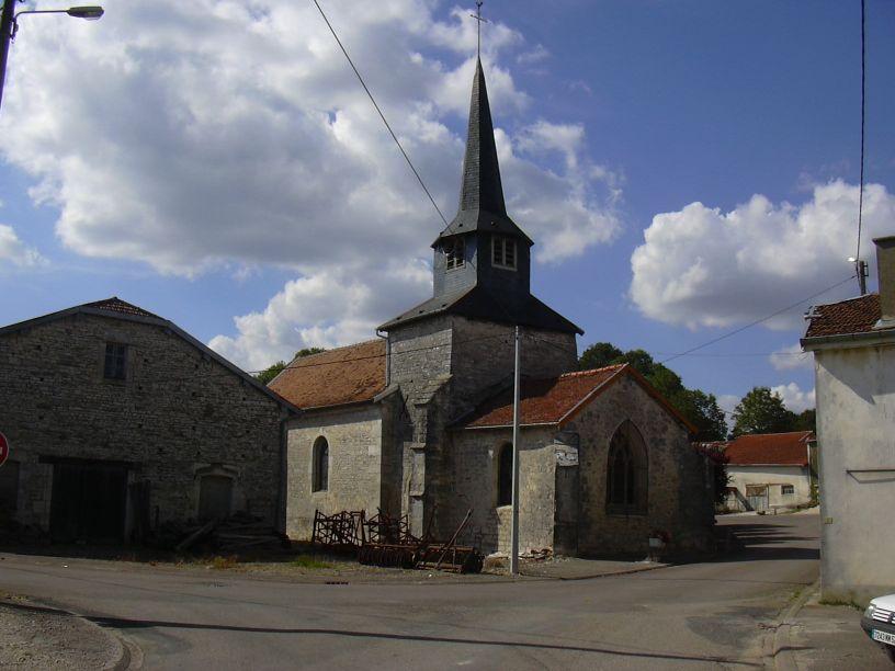 Kyrkan i småbyn Harricourt, Église Saint-Rémy. Bilden länkad från Wikimedia Commons (foto Peter Potrowl, 2005).