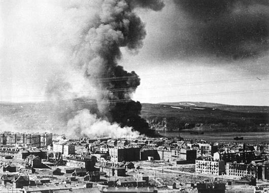 1942: die Stadt in Flammen nach einem Luftangriff der Deutschen