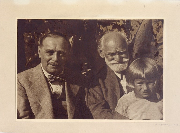 1924年,帶著孫女米洛琪卡與英國科幻小說家H·G·威爾斯合影。