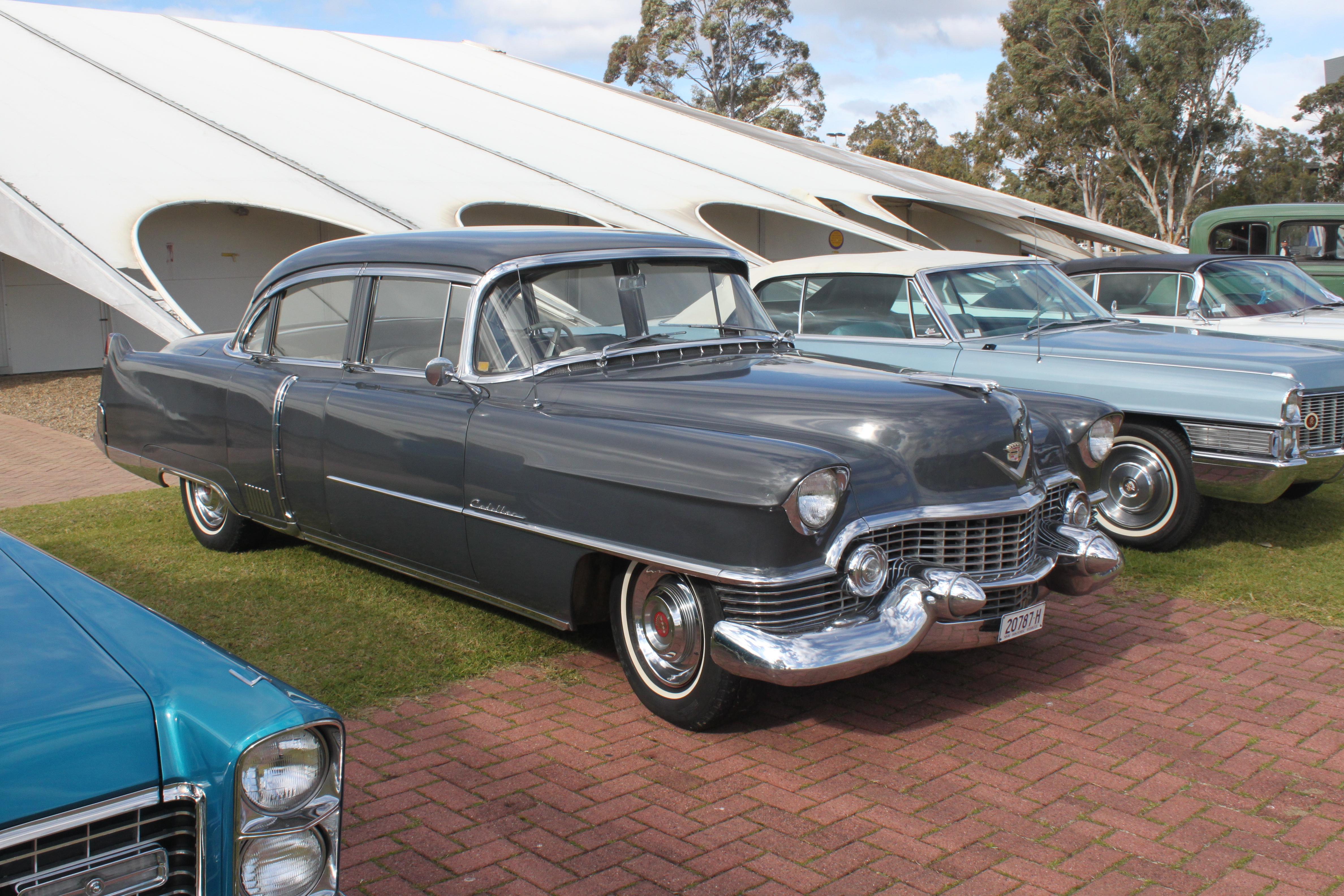 1954_Cadillac_Sixty_Special_Fleetwood_(2