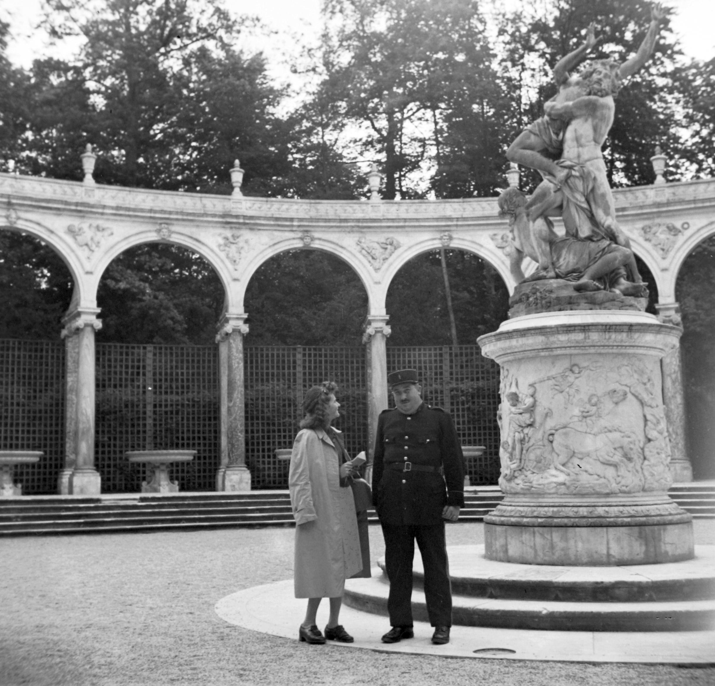 File:A kastély parkja, Bosquet de la Colonnade, középen François ...