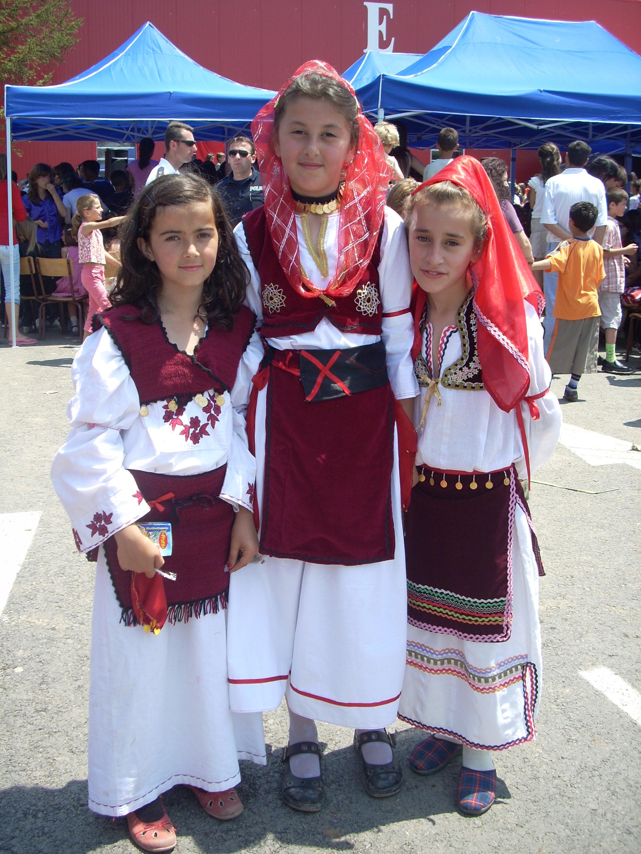 Albanische Mädchen in Volkstracht