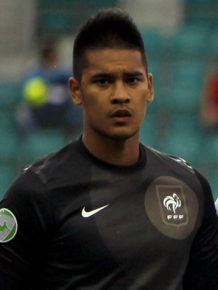 The 25-year old son of father (?) and mother(?) Alphonse Areola in 2018 photo. Alphonse Areola earned a  million dollar salary - leaving the net worth at 3 million in 2018