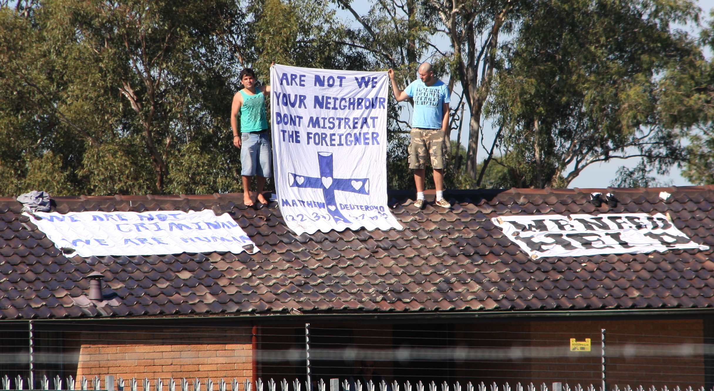 Asylum_seekers_on_the_roof_of_Villawood_