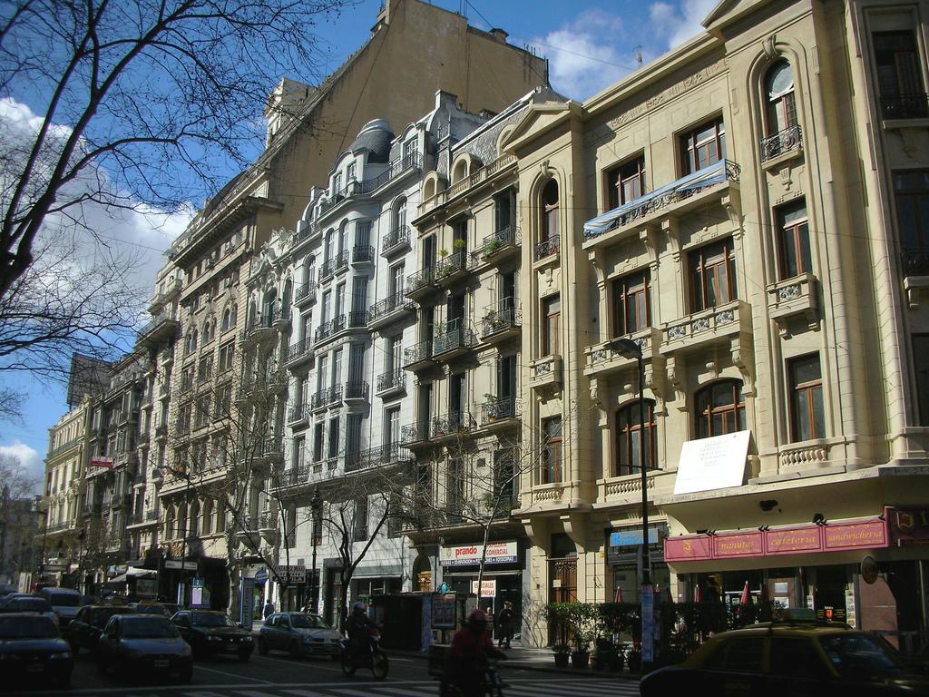 Archivo:Buenos Aires - Avenida de Mayo - Altura 1100 vereda par - 2006.jpg  - Wikipedia, la enciclopedia libre