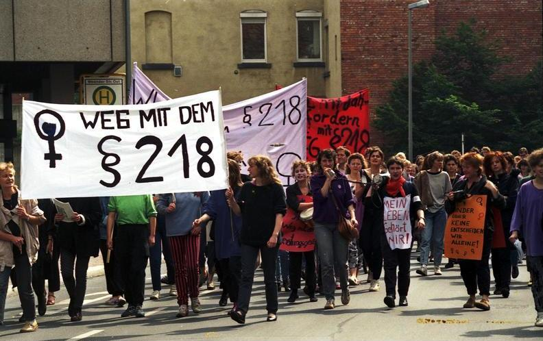File:Bundesarchiv B 145 Bild-F079098-0013, Göttingen, Demonstration gegen § 218.jpg
