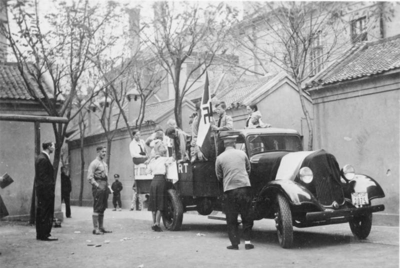Bundesarchiv Bild 137-046886, Tientsin, HJ sammelt für das Winterhilfswerk