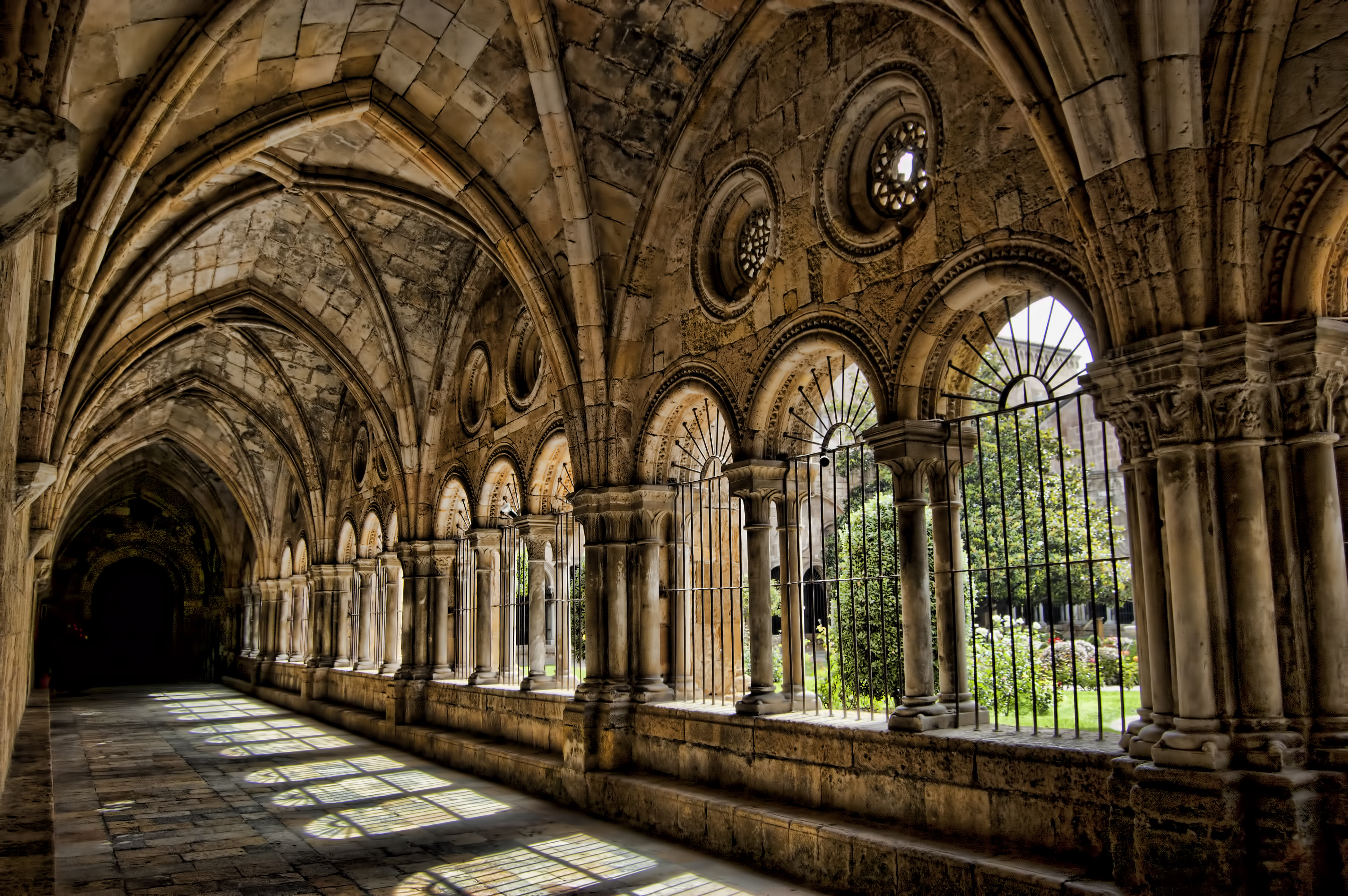 File:Claustre Catedral de Tarragona.jpg