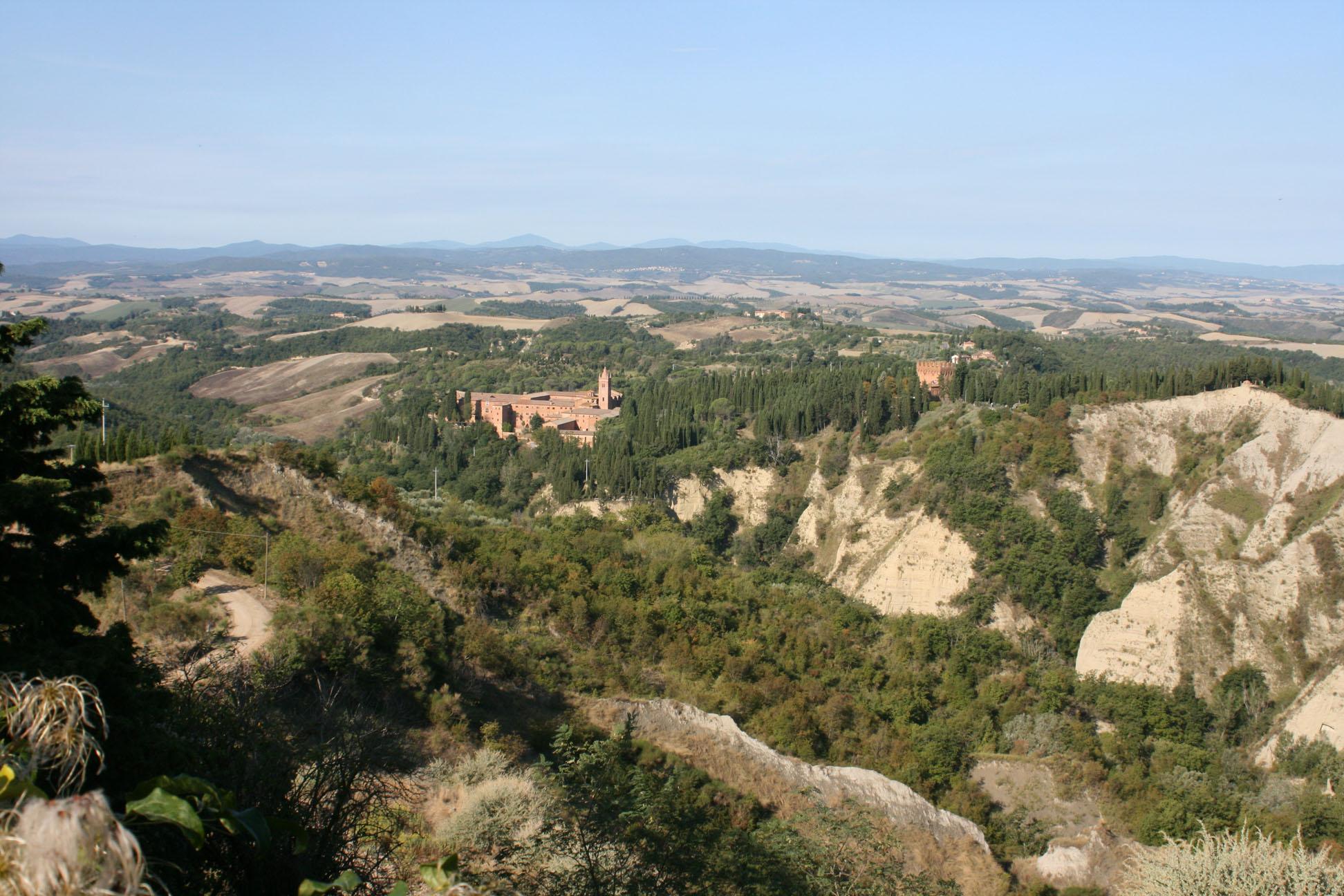 De abdij van Monte Oloveto Maggiore en de calanchi van de Crete Senes