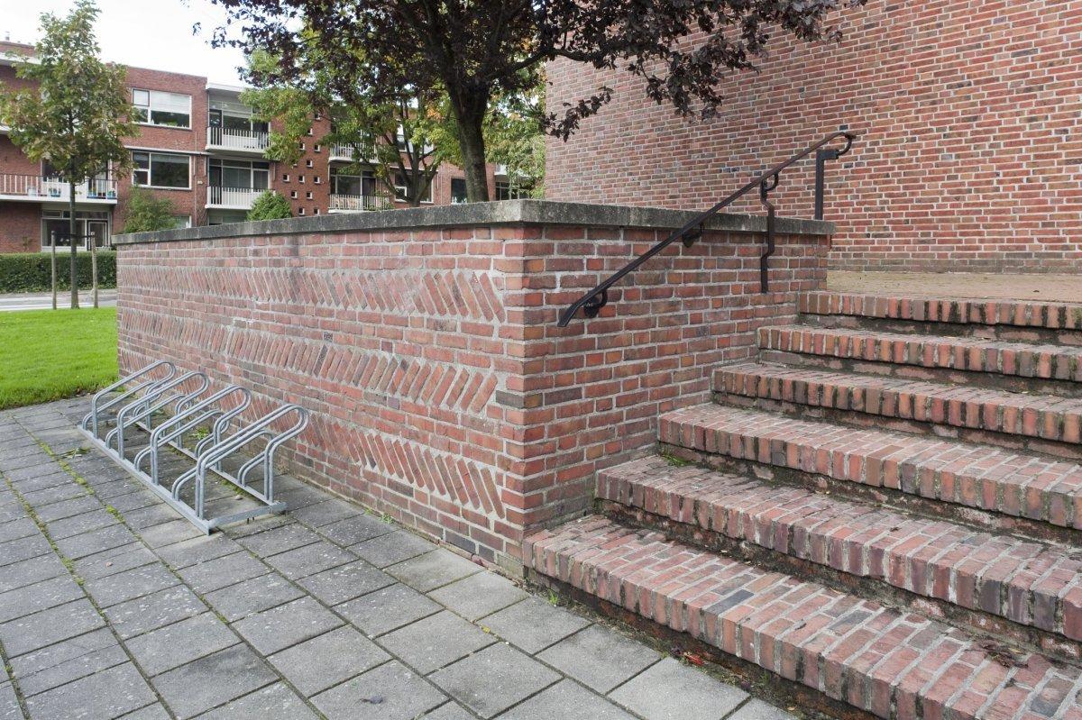 File gemetselde trap met metalen leuning en bordes met gemetselde borstwering aan de westzijde - De trap van de bistro ...