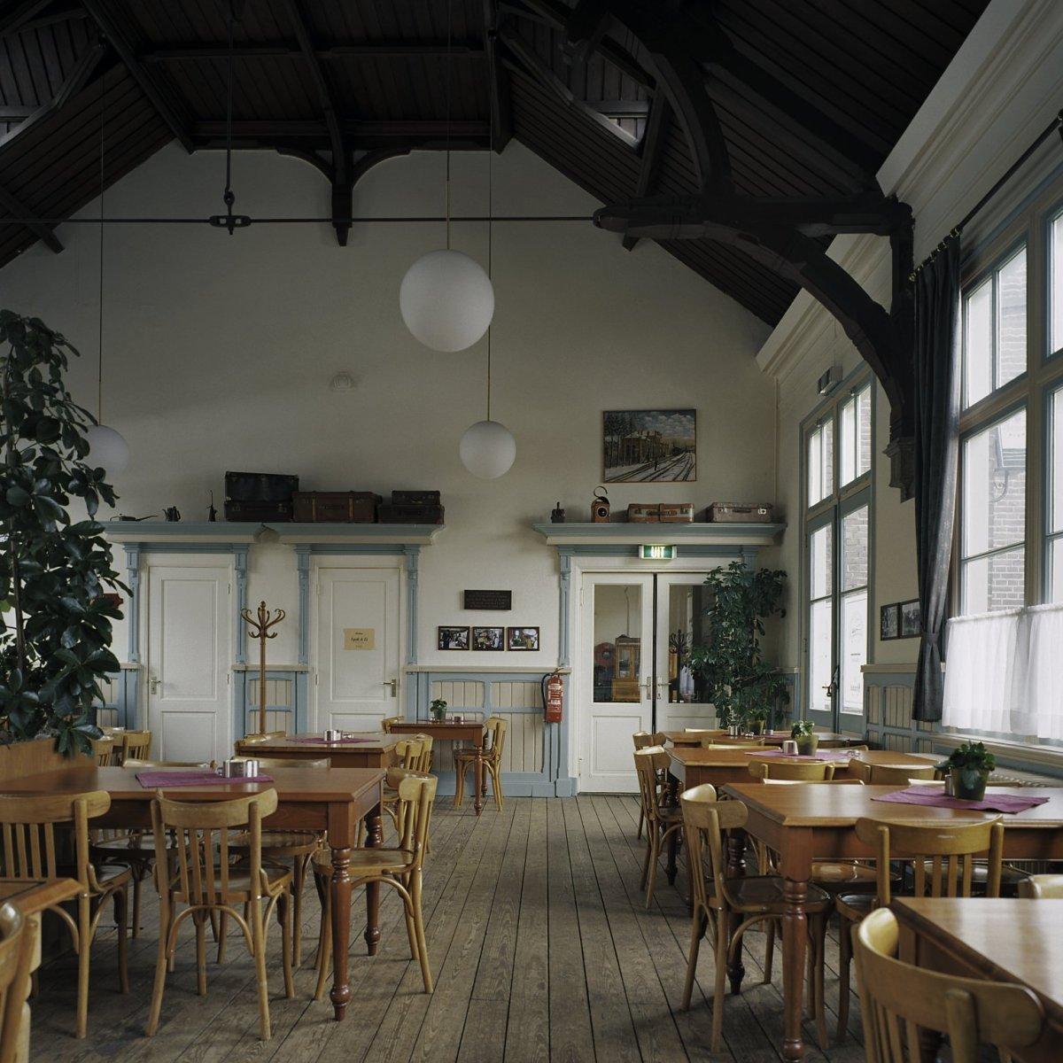 File:Interieur station met restauratie, met historische ...