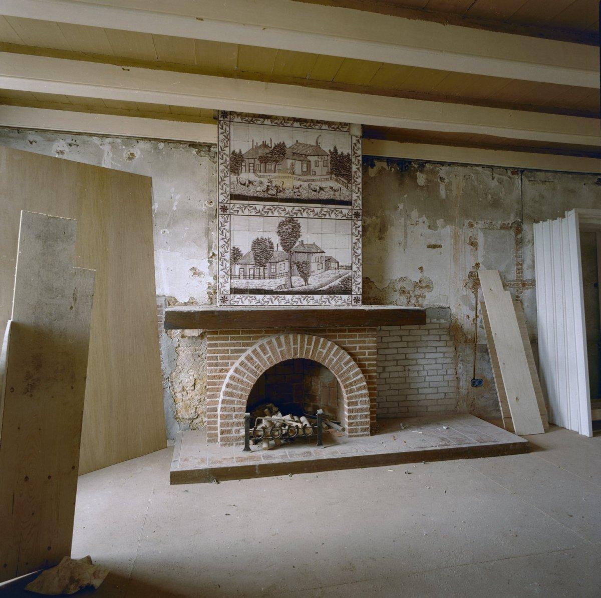 File interieur voormalige keuken tegeltableau boven open haard tijdens restauratie wassenaar - Open haard keuken photo ...