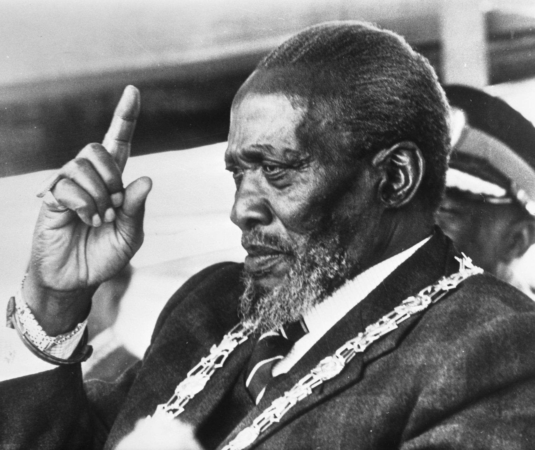 jomo kenyatta Perpetrado por oskarele jomo kenyatta (en la imagen a la izquierda), junto al jefe mau mau, mwariama, en 1961, poco tiempo después de su liberación de la cárcel.