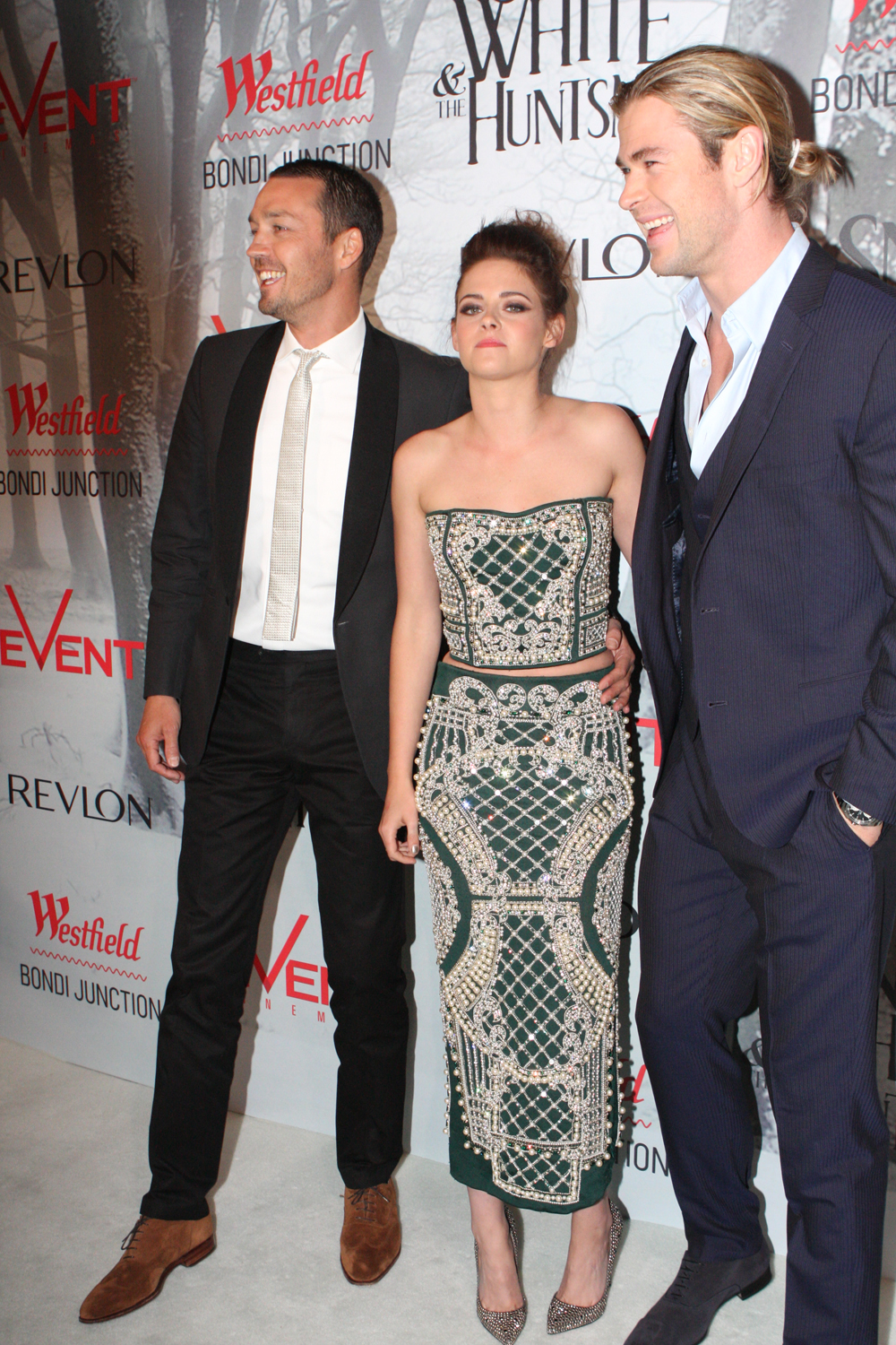 File kristen stewart and chris hemsworth at the swath for Miroir miroir blanche neige