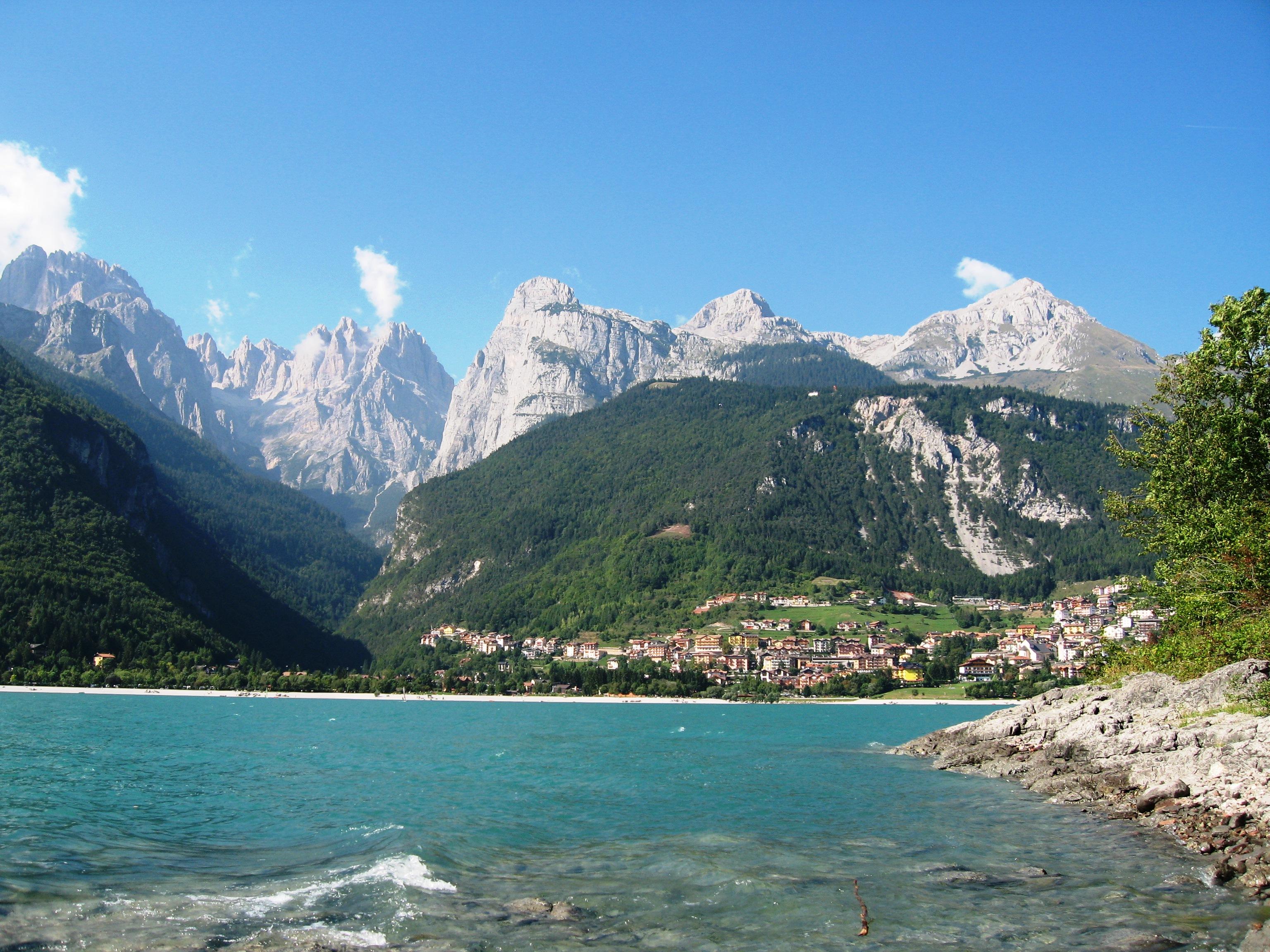 File lago di molveno in wikipedia for Cabine del lago vuoto