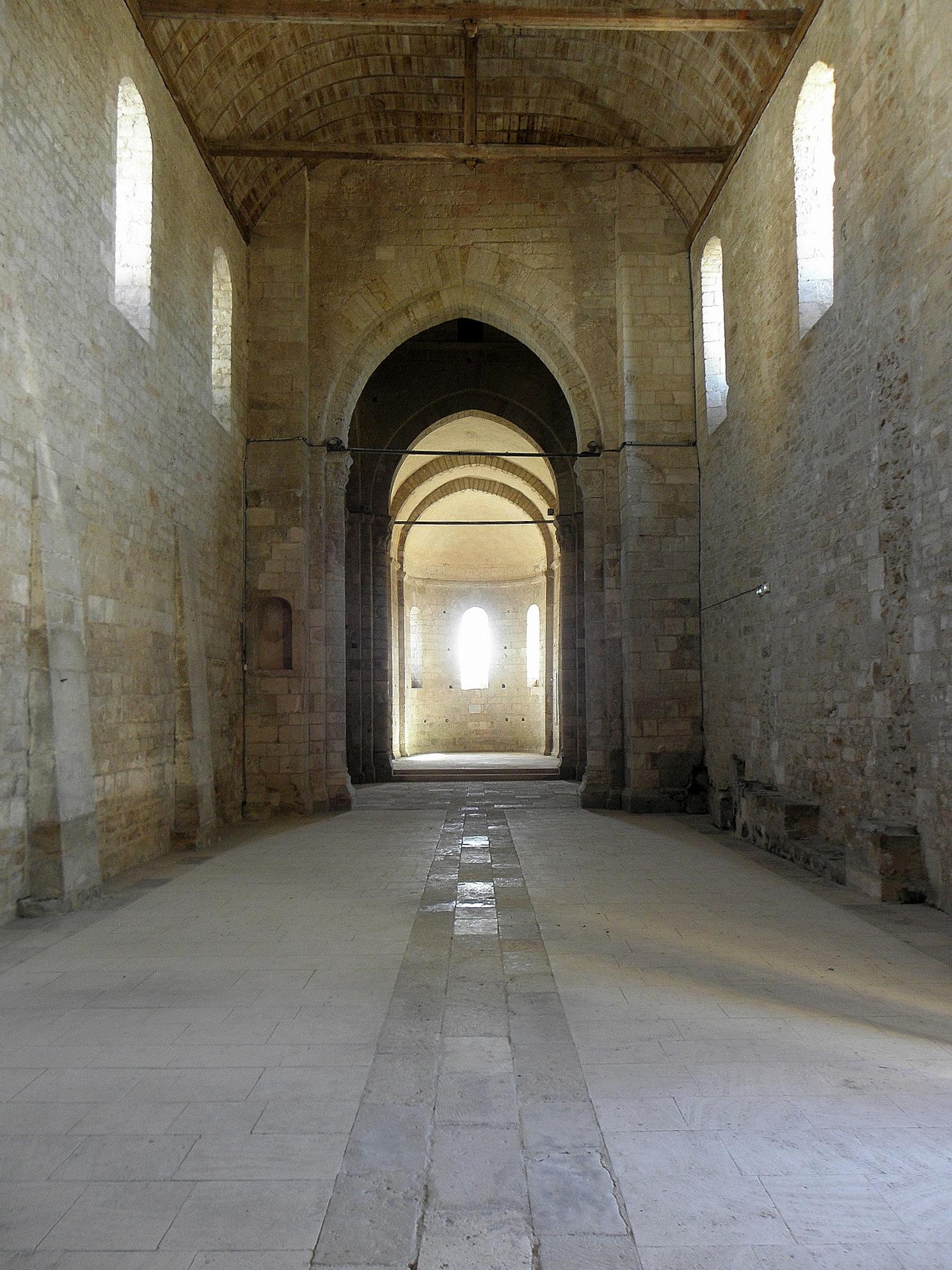 File:Melle (79) Église Saint-Savinien Intérieur 01.JPG - Wikimedia ...