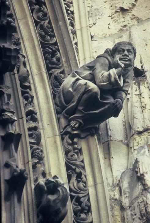 ein Mönch an der Fassade der Kirche von Pont-de-lArche, von Sperreau, public domain