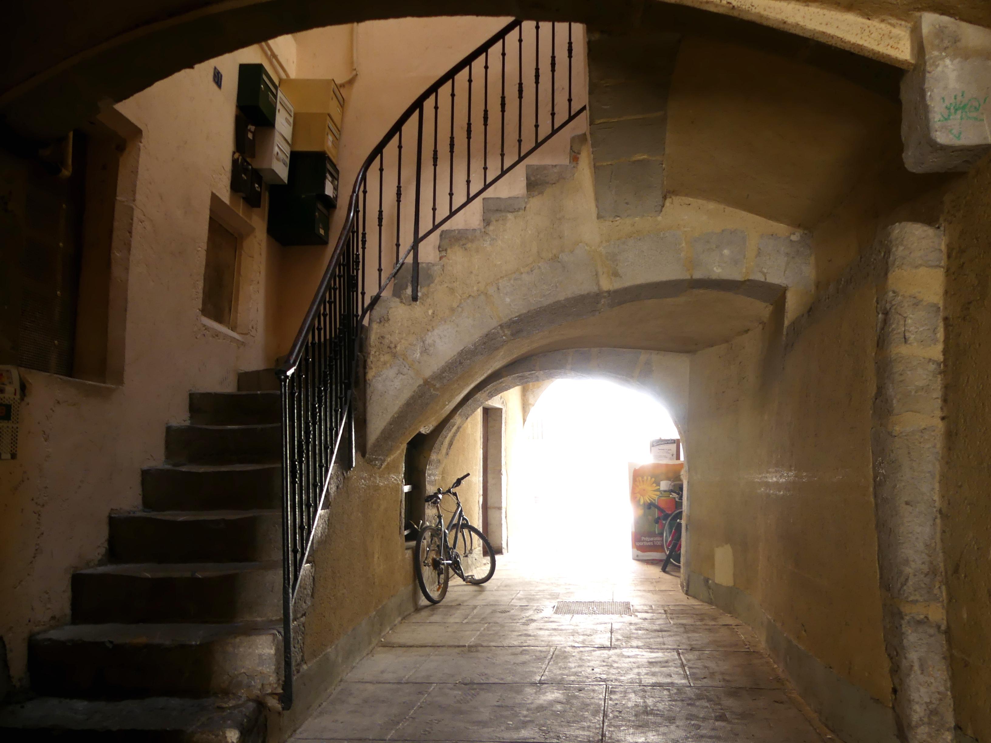 File:Montée d\'escalier d\'une allée Place Saint-Léger à Chambéry ...