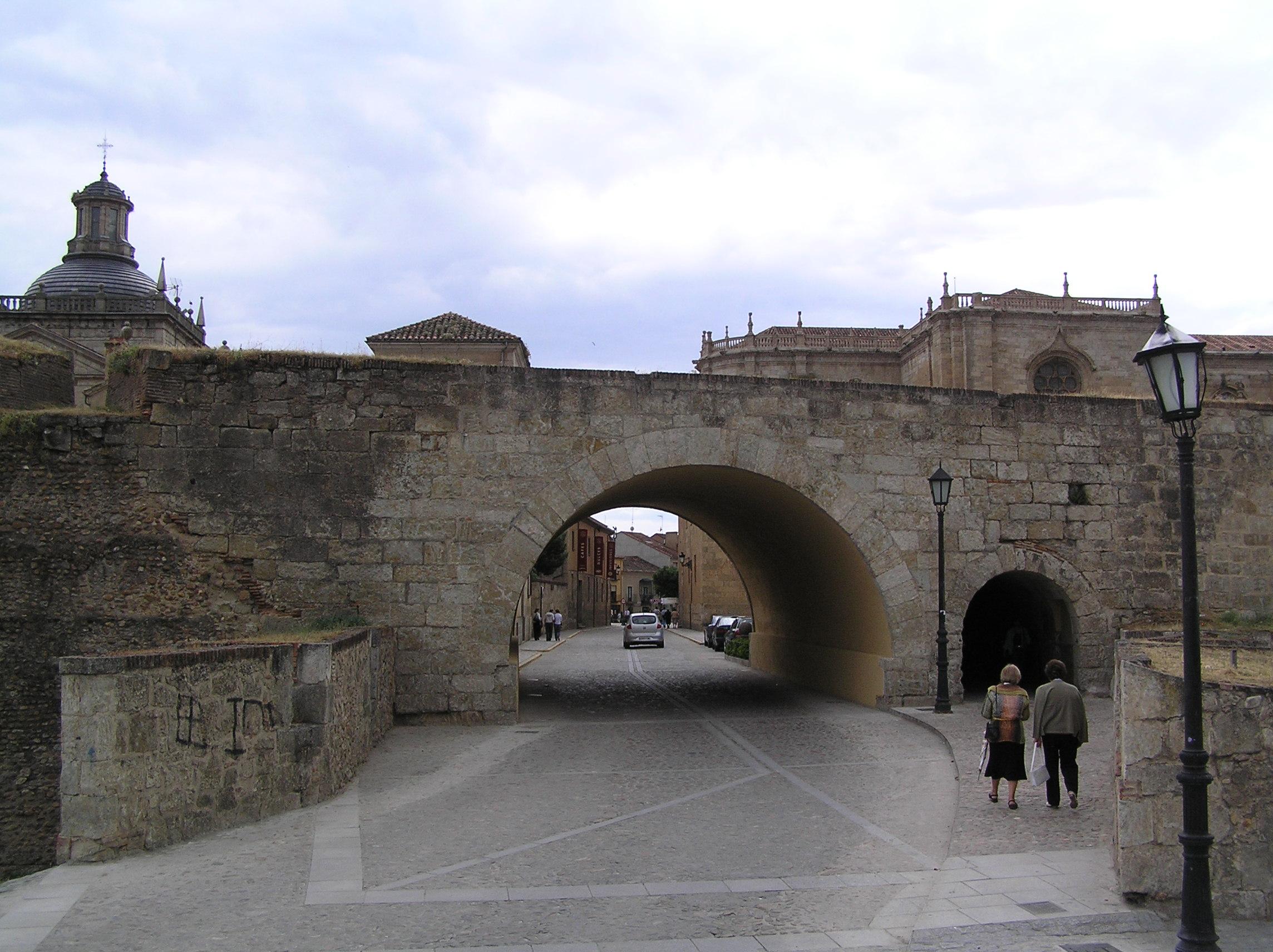 File murallas de ciudad rodrigo puerta de for Oficina de turismo ciudad rodrigo