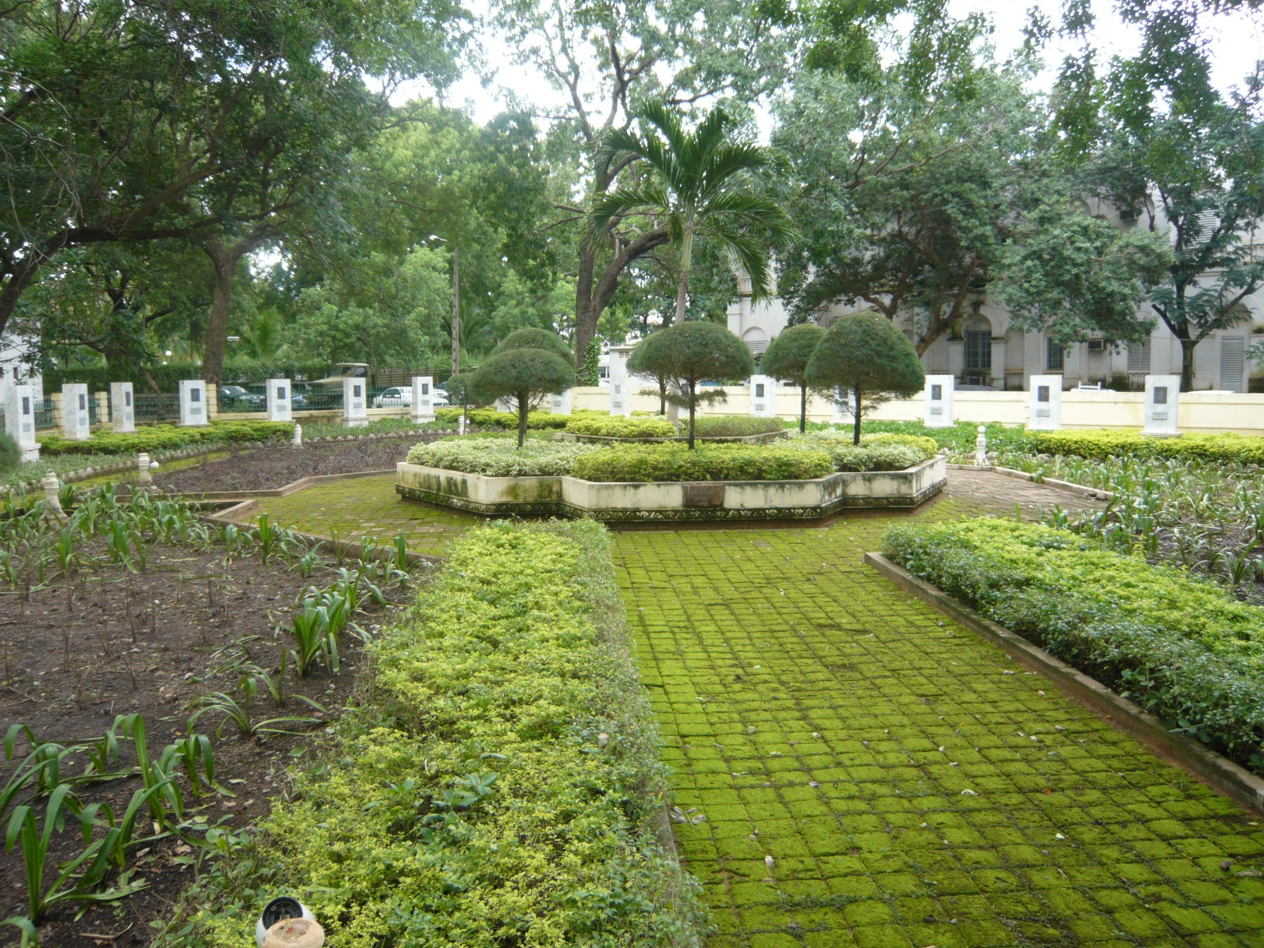 http://upload.wikimedia.org/wikipedia/commons/f/f3/Place_des_gouverneurs,_Koulouba_-_Bamako.jpg