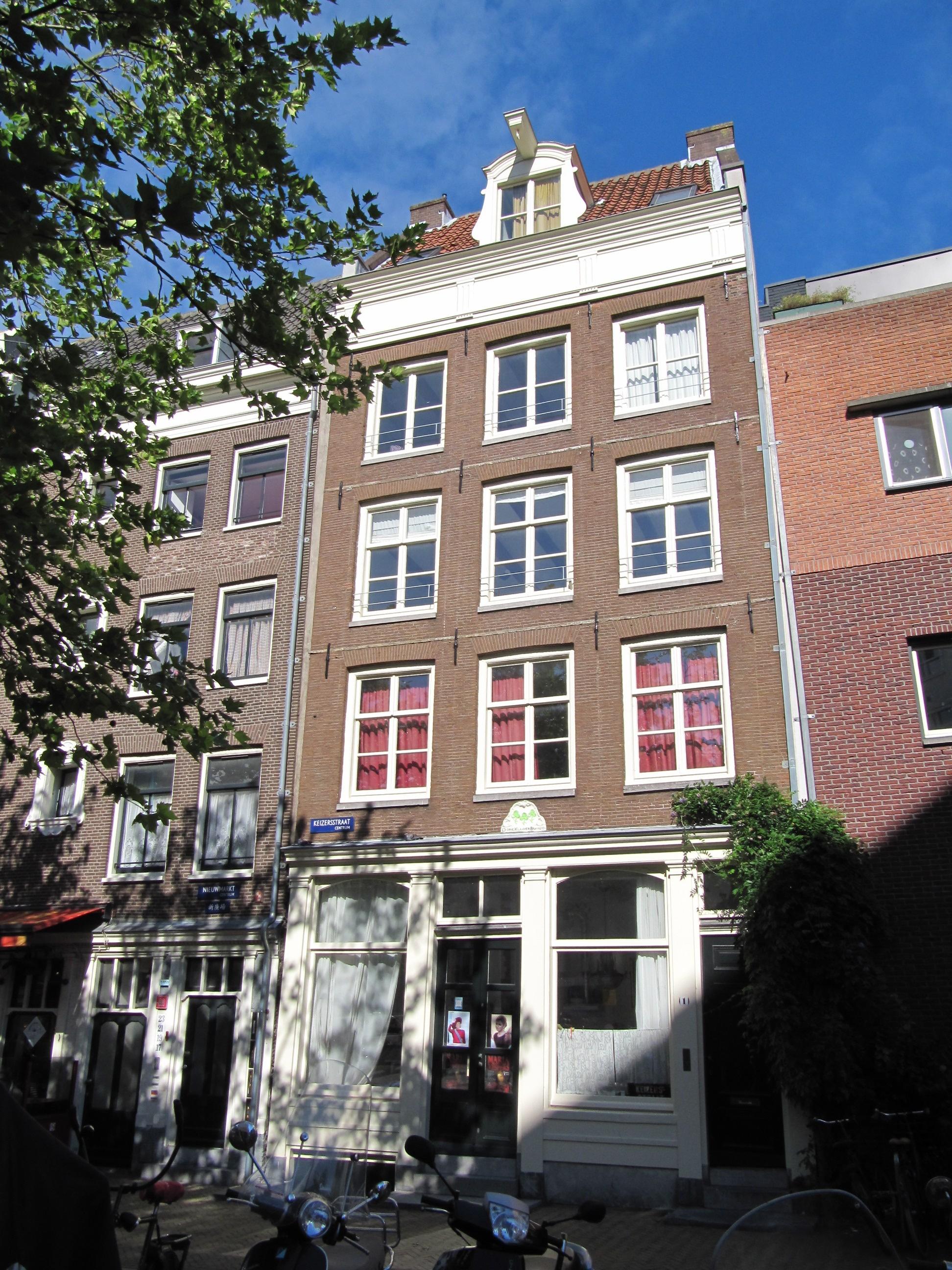 Huis gevel onder rechte lijst met triglyfen in amsterdam for Lijst inrichting huis
