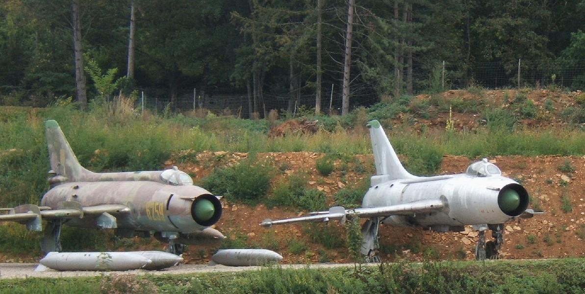 المقاتلات القاذفه Su-17/20/22 السوفييتيه SU-7_and_Su-17_side_by_side