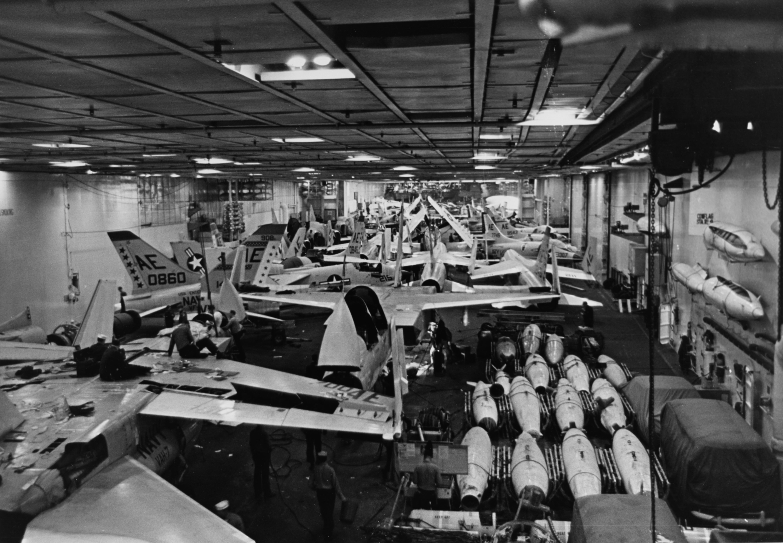 Ficheiro:USS Enterprise (CVN-65), hangar view 1964.jpg