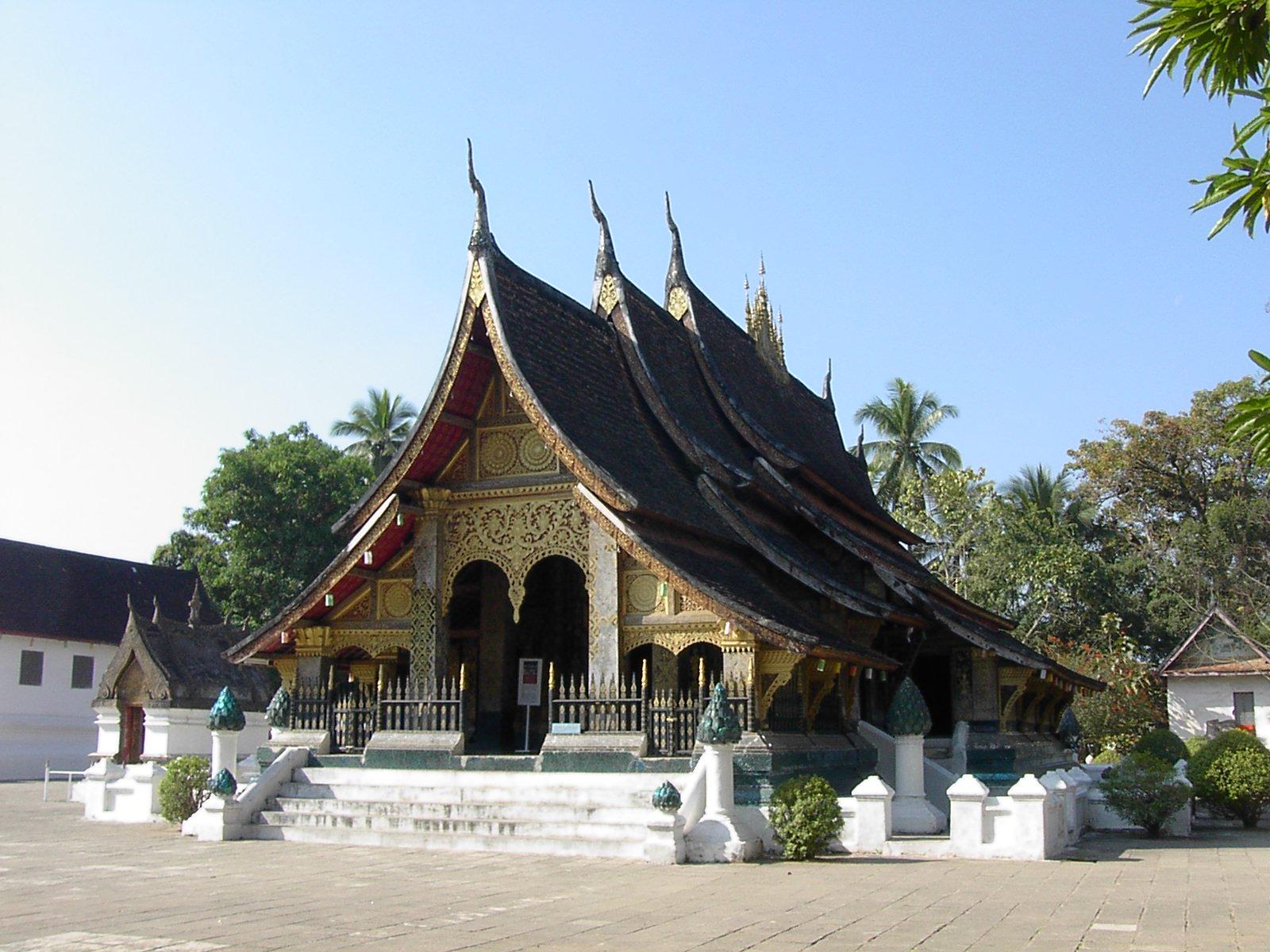 File wat xieng thong luang prabang laos jpg wikimedia for Wat architecture