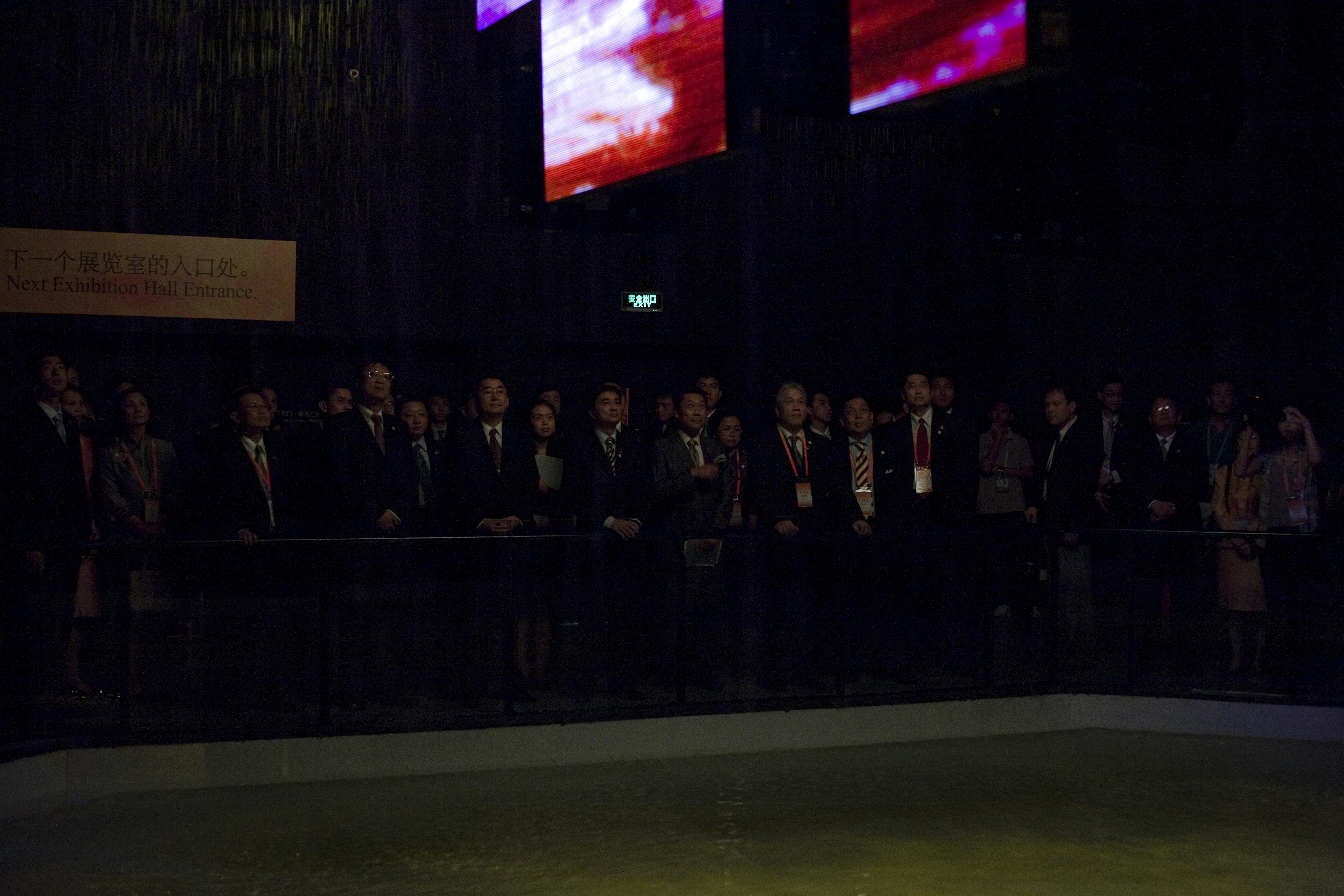 นายกรัฐมนตรีและคณะ เยี่ยมชมศาลาไทย ณ มหกรรมงาน Shangha - Flickr - Abhisit Vejjajiva (20).jpg นายกรัฐมนตรีและคณะ เยี่ยมชมศาลาไทย ณ มหกรรมงาน