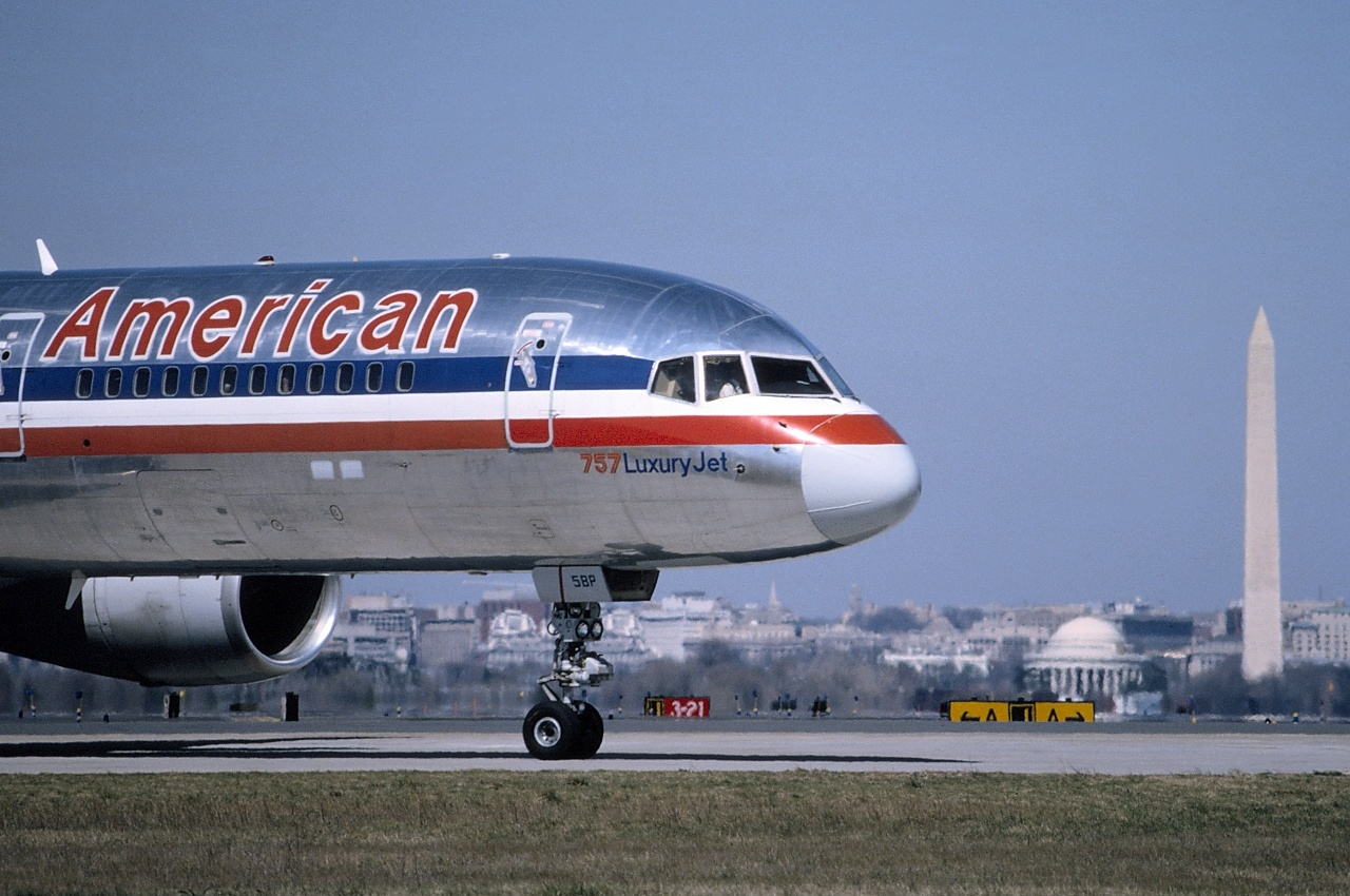 https://upload.wikimedia.org/wikipedia/commons/f/f4/Boeing_757-223%2C_American_Airlines_AN0290718.jpg