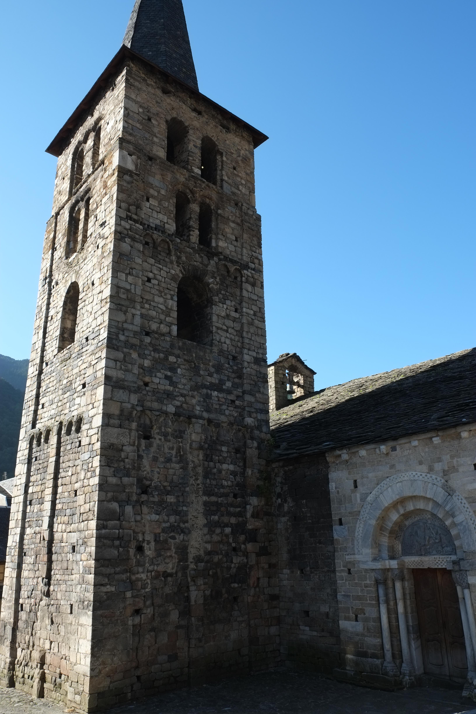 Vista de torre desde el lado norte con la puerta del obispo