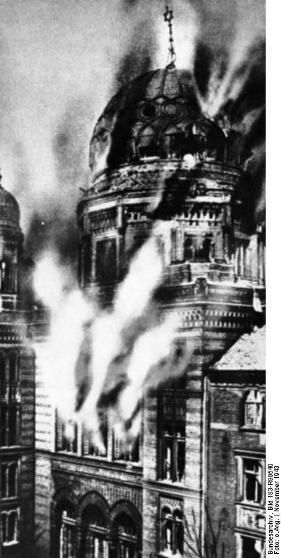 1943 : La Nouvelle Synagogue de Berlin en flamme suite aux bombardements... alliés.