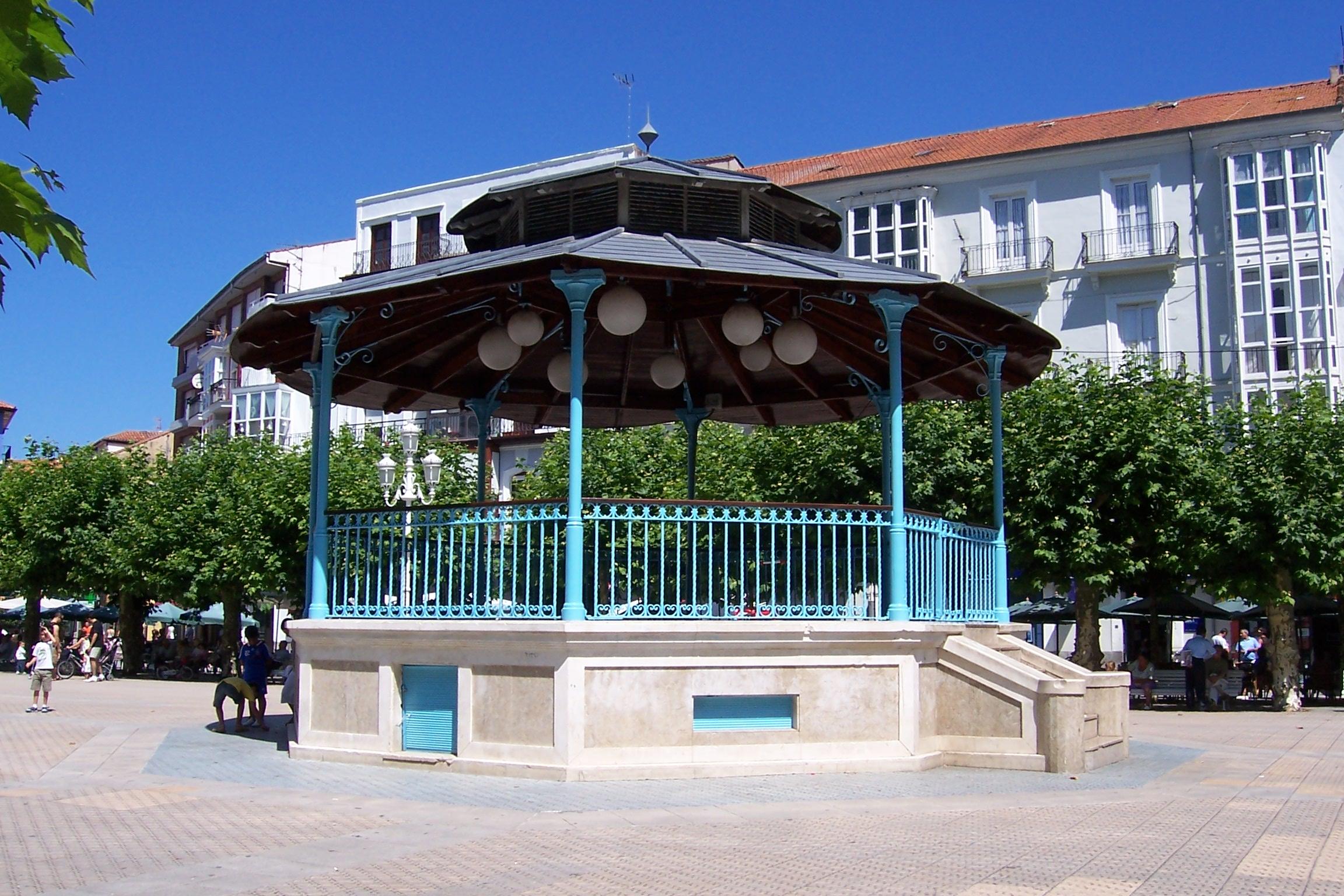 Archivo cantabria santo a plaza de san antonio kiosco lou for Imagenes de kioscos de madera