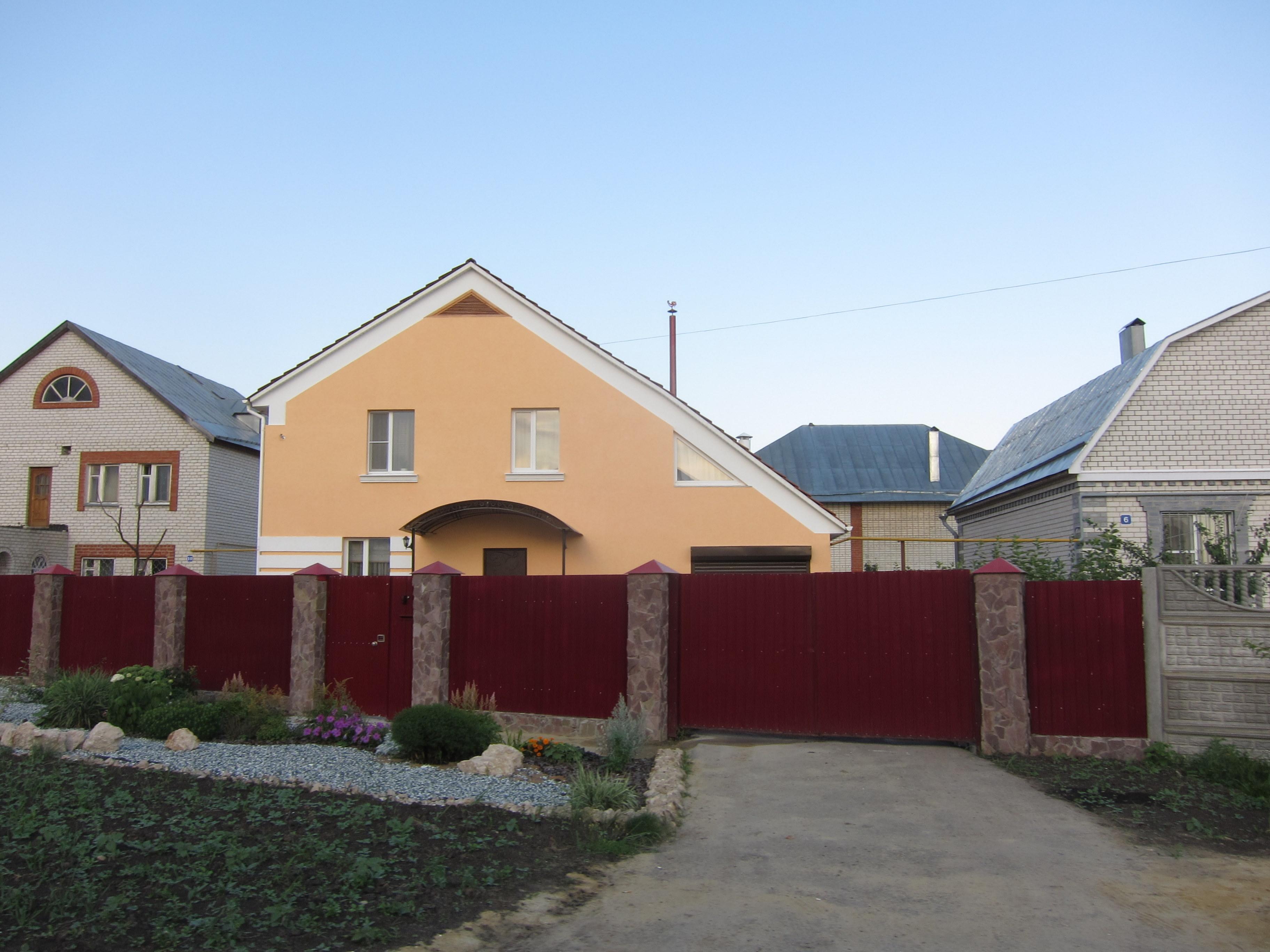 File Haus Hinter Einem Hohen Zaun Panoramio Jpg Wikimedia Commons